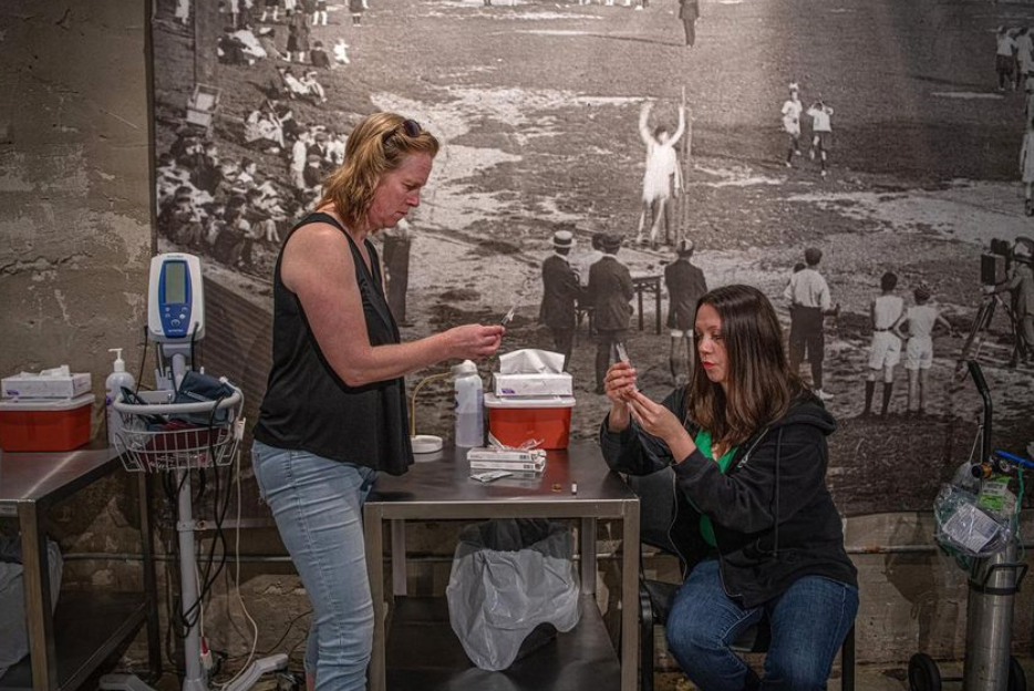 Keren Elumir and Sarah Greig prepare injections at the Moss Park overdose prevention site. (Photo by MOE DOIRON)